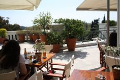 Eat and drink at the museums in Athens Athens, Museums, Greece, Places To Go, Patio, Drink, Outdoor Decor, Plants, Home Decor
