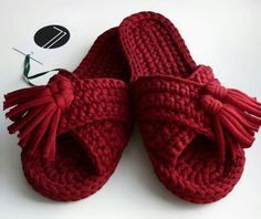 Crochet Fast And Comfortable Slippers - We Love Crochet Love Crochet, Knit Crochet, Diy Bralette, Knitting Patterns, Crochet Patterns, Knitting Yarn, Crochet Slipper Pattern, Crochet Sandals, Knit Shoes