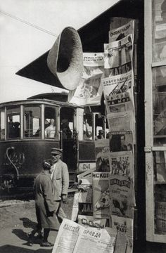 Alexander Rodchenko's photograph of a radio newsstand, Soviet Union, 1929 Alexander Rodchenko, Old Pictures, Old Photos, Vintage Pictures, Vintage Photography, Street Photography, Kazimir Malevich, Russian Constructivism, Call Of Cthulhu