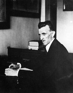 Nikola Tesla fotografiado trabajando en su oficina en 8 West 40th Street.  La…