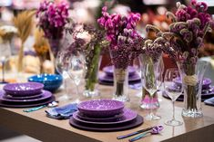 Uma mesa alegre, vibrante e divertida feita com tons de roxo. Por falar em cores vibrantes, objetos em furta-cor também apareceram como tendência. Esses talheres são da Oxford e são lançamentos de 2020. Em breve, estarão na Loja Virtual da marca e em revendedores de todo o país. Foto: Henrique Peron