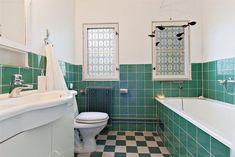 my dream bathroom almost like our old i Traneberg 1930s Bathroom, Art Deco Bathroom, Vintage Bathrooms, Bad Inspiration, Bathroom Inspiration, 1930s House Interior, 1930s Decor, Turquoise Tile, Teak Furniture