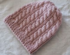 Joku ehkä muistaa neulekaulahuivin (klik) , jonka kudoin viime talvena. Minulla oli tuota samaa vaalenapunaista Novitan Hile-lankaa vielä j... Knitted Hats, Knitting Patterns, Crochet, Beanies, Long Scarf, Knit Patterns, Knit Caps, Chrochet, Cable Knitting Patterns