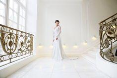 mona berg Kollektion 2015 - Alexandra; Exclusives Brautkleid mit Spitzenarm aus Crêpe mit Schleppe, hier mit Flechtfrisur; Foto: Svea Ingwersen
