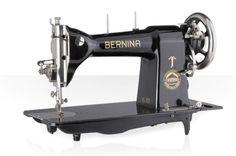 Une machine 224 non-professionnelle BERNINA quitte l'atelier de Steckborn. Le logo comporte un A arrondi. Piz Bernina, plus haut sommet des Alpes orientales donna son nom à l'entreprise.