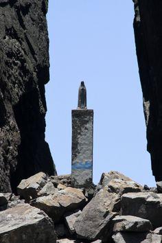 Fenda de Nossa senhora. Após um acidente geográfico que dizem ter sido causado por um raio e aberto a fenda , e os pescadores então colocaram uma estatua de Nossa Senhora.
