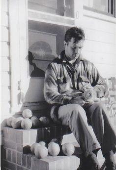 Jack Kerouac, uno de los grandes de la generación Beat y creador de On The Road, jugando con su gato.