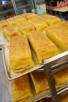 じゃ~~ん!これがこちらの看板商品「加福蛋糕(小)230元、(大)460元」です。いやいや、これはチーズケーキじゃないでしょ?と思われる方も多いと思うのですが、佳德にも同じようなチーズケーキが売られていますよ。台湾にはこういうチーズケーキもあるんです♪
