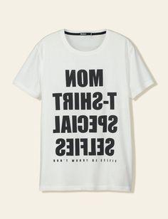 """T-shirt col rond, manches courtes, imprimé typo à l'envers """"Mon t-shirt spécial selfie, don't worry be selfie"""". Coupe droite."""