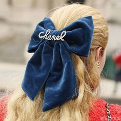 Streamlined Chanel collection shines in Paris despite catwalk crasher – Muurimaki – hairtrends Chanel Street Style, Instagram Brows, Rebecca Minkoff, Runway Hair, Modelos Fashion, How To Style Bangs, Barrettes, Pearl Hair, Aesthetic Vintage