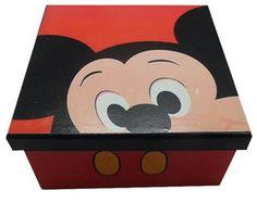 Criado por Walt Disney, o casal de ratos mais famoso do mundo faz sucesso com todas as gerações e está estado cada vez mais presente na decoração de interiores e nada melhor do que decorar e organizar.  Essa caixa vai deixar seu ambiente lindo e organizado!   Acabamento final verniz semibrilho. Fundo com revestimento para proteger o mobiliário e evitar riscos.