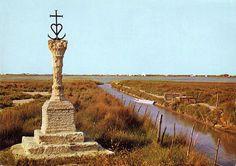 Les cabanes du front de mer aux Saintes-Maries-de-la-Mer (Camargue); croix