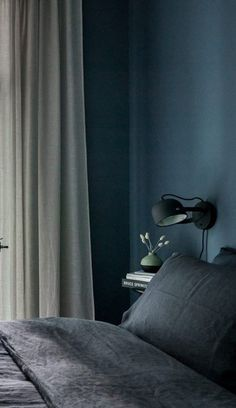 Dark bedroom in petrol blue - via Coco Lapine blo Dark Blue Bedrooms, Dark Bedroom Walls, Blue Master Bedroom, Bedroom Ceiling, Blue Walls, Bedroom Colors, Bedroom Sets, Bedroom Decor, Dark Curtains