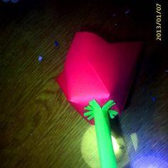 Így készül: Négyzet alakú papír mind a négy oldalát középen bevágjuk.  majd a bevágásokat az előző oldal feléhez ragasztjuk.  A szárat színes papírból készítettük.  TIPP:Készíts a tulipán mellé…
