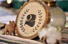 numeros de tables Sur des rondins de bois : champêtre !