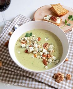 Recept: Knolselderij soep met blauwe kaas Celeriac soup with blue cheese and nuts Celeriac Soup, Blue Cheese, I Love Food, Cheeseburger Chowder, Feta, Soup Recipes, Food And Drink, Tasty, Favorite Recipes