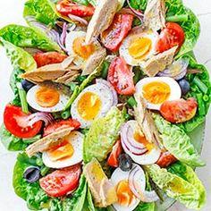 Popularna sałatka nicejska z jajkiem, tuńczykiem, pomidorami, filecikami anchois, oliwkami i fasolką szparagową. Z sosem na bazie oliwy i musztardy.