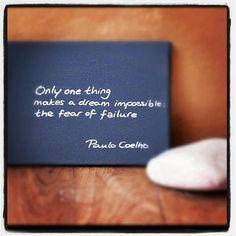 """""""Sólo una cosa hace que un sueño sea imposible: el miedo al fracaso"""" Paulo Coelho"""