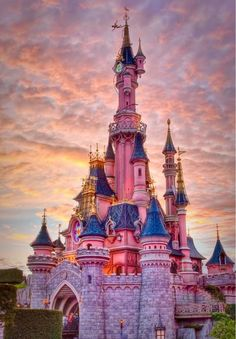 day-and-moonlightdreaming: Disney castle.