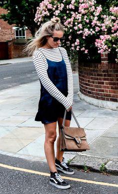 Streets tyle look com blusa listrada, slipdress e tênis vans.