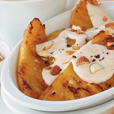 Pina a la plancha con crema de canela y almendras tostadas
