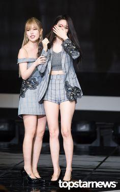 20일 서울시 마포구 상암동 프리즘 타워에서 열린 SBS MTV '더 쇼:올어바웃 K팝(The Show:All About K POP)'(이하 '더 쇼')에티아라(T-ARA)가출연했다.    티아라(T-ARA)지연이 1위 수상 후 눈물을 보이고있다.