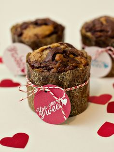 Valentine's Day Breakfast Nutella Banana Muffins with the free printable No Bake Treats, Yummy Treats, Delicious Desserts, Sweet Treats, Dessert Recipes, Yummy Food, Banana Nutella Muffins, Banana Cupcakes, Flan