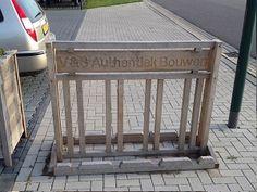Stoere eikenhouten fietsenrek met een tekst naar wens in te frezen!  V&S Authentiek Bouwen www.authentiekbouwen.nl