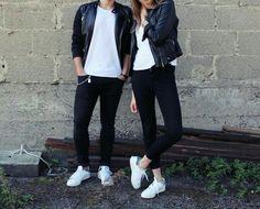 Pareja vestidos iguales.  Playera básica blanca jeans negros, tenis blancos y chaqueta negra