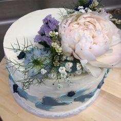 Torte zur Konfirmation für ein Mädchen, das gerne blau mag 💙 Catering, Table Decorations, Pink, Fine Dining, Real Flowers, Wedding Cakes, Birthday, Bakken, Blue