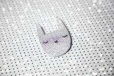 J'ai acheté récemment une broche chez Des Petits Hauts , c'est une petite tête de chat dorée pailletée… Je l'adore, je la porte beau...