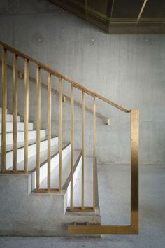 trap - leuning - detail - concrete stairs with brass railing Concrete Staircase, Stair Handrail, Staircase Railings, Banisters, Staircase Design, Stairways, Staircase Ideas, Handrail Ideas, Stair Design