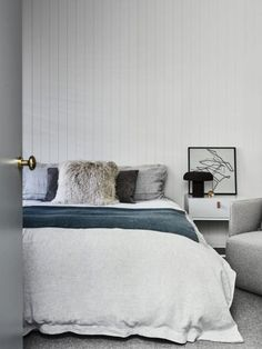 Easy bedroom decoration tips - All set to get started creating your very own bedroom design? Make the bedroom in your home fabulous with our bedroom decorating tips. Click the link to learn more. Scandi Bedroom, White Bedroom, Home Decor Bedroom, Modern Bedroom, Master Bedroom, Minimal Bedroom, Bedding Decor, Boho Bedding, Bedroom Bed