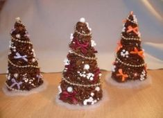 Handmade Christmas tree - 16 easy ideas for DIY small Christmas trees Christmas Tree Topiary, Homemade Christmas Tree, How To Make Christmas Tree, Handmade Christmas, Christmas Crafts, Christmas Ornaments, Coffee Bean Decor, Coffee Bean Art, Coffee Crafts