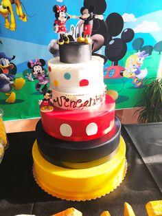 Mickey & Minnie Cake, con topper giganti di Minnie e Topolino realizzati in golosissima pasta di zucchero. Scopri di più qui >> https://bcreativepartyplanners.com/2016/10/21/mickey-mouse-clubhouse-party/