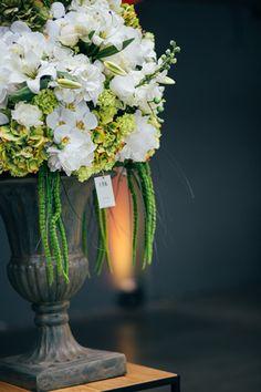 FÆK   Flowers Gatsby - Medium Artikelnummer: 7011 Fake flowers - whit - artificiële bloemen - wit - rental - huren - events- evenementen - party - feest - decoratie    FÆK   Pot Joseph - dark grey  Artikelnummer: 7421