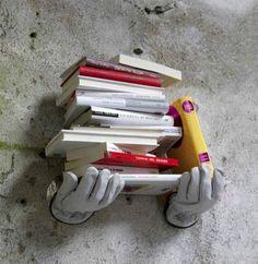 Vad sägs om en sån här lustig liten bokhylla på väggen där hemma? Det här tänker jag att kan inte vara så svårt att fnula ihop själv, om man är någorlunda händig.