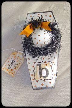 Halloween Craft Casket Bonbon Halloween, Halloween Treat Boxes, Halloween Coffin, Halloween Favors, Halloween 1, Halloween Invitations, Halloween Cards, Holidays Halloween, Halloween Treats