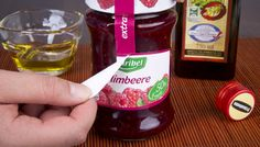 Einfach die etikettierte Fläche mit Öl einreiben, kurz einwirken lassen und schon lässt sich das Etikett abziehen.