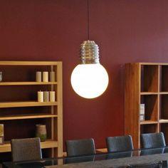 La Basic suspension, en forme de grosse ampoule, est un luminaire original et décoratif.  Le globe en polyéthylène blanc, résistant aux chocs, diffuse une lumière efficace et non éblouissante. Economique grâce à sa source fluo-compacte, le globe se dévisse facilement pour permettre la mise en place de l'ampoule.  La Basic existe également en lampe à poser et en version pour l'extérieur.