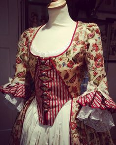 Here's a closeup of the late 18th century colonial dress I made last year.  The skirt was not yet done at the time,  so you can see the petticoat now.  I have worn the dress only once unfortunately. This type of dress is called : Zone front dress. Costume maker : Angela Mombers