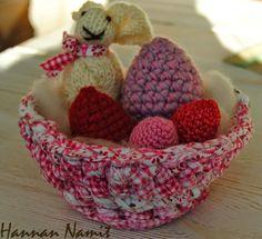 Pääsiäisviemisiä. Virkkaus ja neulonta. Easter decoration. Crochet and knitting.