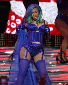 American rapper Cardi B became the first featured female music artist to perform at the Adult Video News Awards held in Las Vegas. Spring Fashion Casual, B Fashion, Fashion Outfits, Urban Outfits, Girl Quizzes, Crush Quizzes, Random Quizzes, Fun Quizzes, Cardi B Photos