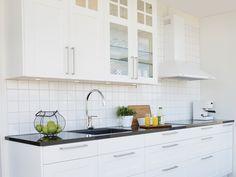 Lantligt kök. Modell: Ram, Färg: Äggskal Kitchen Cabinets, Home Decor, Cooking, Decoration Home, Room Decor, Cabinets, Home Interior Design, Dressers, Home Decoration