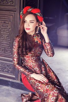 Miss Southeast Asia Yew Han lovely brocade tunic radiant with flowers Vietnamese Traditional Dress, Vietnamese Dress, Traditional Dresses, Asian Woman, Asian Girl, Oriental Dress, Ethnic Outfits, Photoshop, Ao Dai