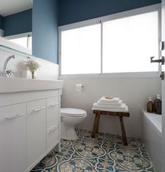 חלון גדול וקיר כחול בחדר הרחצה של הילדים ( צילום: שי אפשטיין )