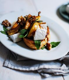 French toasts with caramelised pears with walnuts, Camembert and arugula