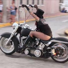 Harley Davidson News – Harley Davidson Bike Pics Harley Davidson Chopper, Harley Davidson Motorcycles, Custom Motorcycles, Lady Biker, Biker Girl, Motos Sexy, Heritage Softail, Chicks On Bikes, Bagger Motorcycle