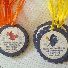 Finding Dory Finding Nemo party favor tags with ribbon Dory Third Birthday Girl, 3rd Birthday Parties, Birthday Ideas, Pool Party Favors, Party Favor Tags, Finding Dory, Alice, Craft Party, First Birthdays