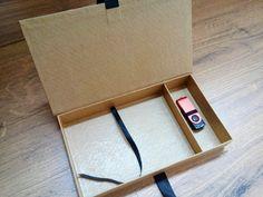 Caixa para fotos 10x15 e berço para pendrive, revestida em papel kraft, podendo ser colocado a marca caso seja para entrega de trabalhos fotográficos.